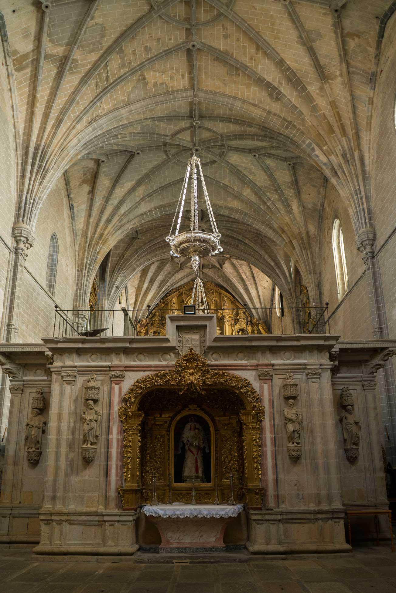 Transcoro com retábulo da Virgen del Rosario